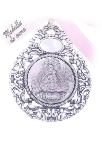 Medalla de cuna Virgen de la Cabeza aparición bisel flores