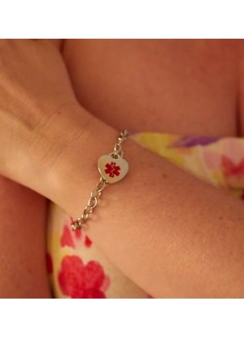pulsera-alerta-medica-corazon-mujer-acero en mano