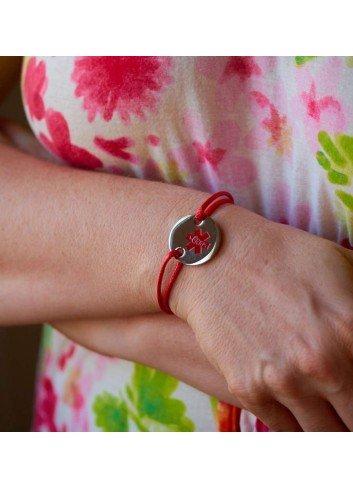 pulsera-alerta-medica-acero-cordon-rojo en muñeca