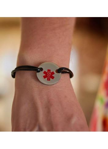 pulsera-alerta-medica-acero-cordon-negro en muñeca