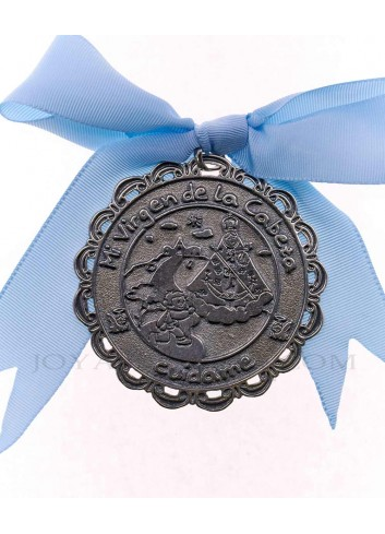 Medalla cuna Virgen Cabeza infantil  metal plateado lazo azul