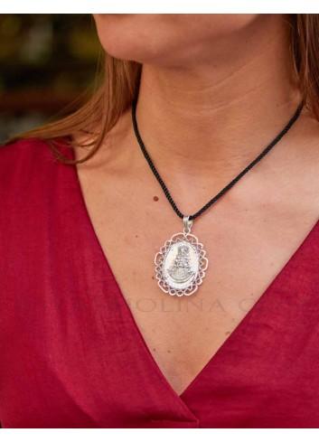 Medalla Virgen Rocío oval nácar